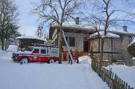 Fındıklı'da köyde mahsur kalan hastayı AKUT kurtardı