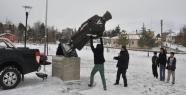 Atatürk heykelini söktü götürdü